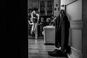 Boda en el Torreón de Veredillas de María e Iván, fotos de boda realizadas por el fotógrafo de bodas en Cáceres Johnny García, el traje de Iván, al fondo el y Emma
