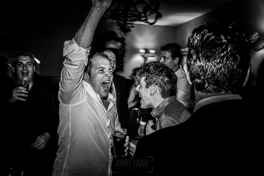 Boda en el Torreón de Veredillas de María e Iván, fotos de boda realizadas por el fotógrafo de bodas en Cáceres Johnny García, invitados en la fiesta bailando