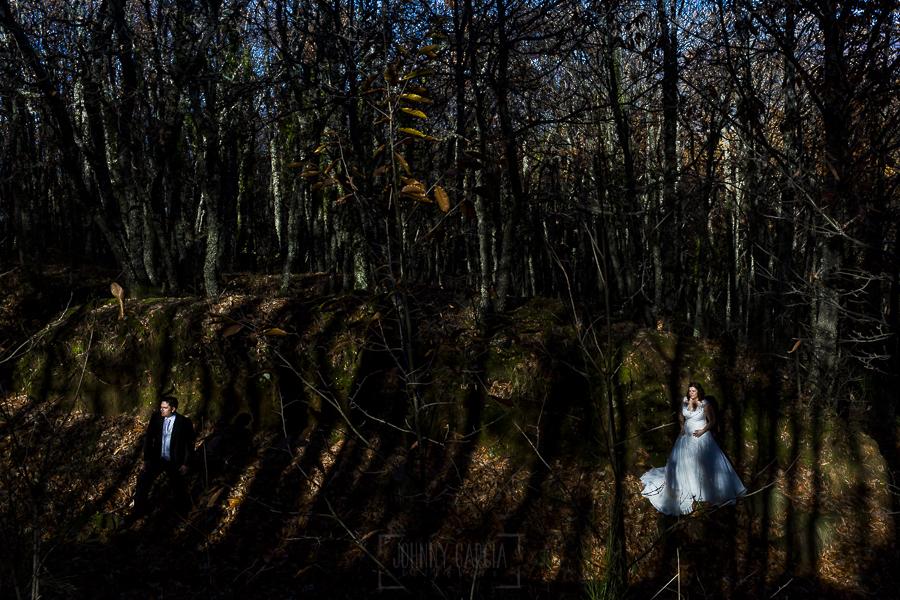 Boda en el Torreón de Veredillas de María e Iván, fotos de boda realizadas por el fotógrafo de bodas en Cáceres Johnny García, retrato de la pareja en el monte castañar gallego de Hervás