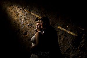Boda en el Torreón de Veredillas de María e Iván, fotos de boda realizadas por el fotógrafo de bodas en Cáceres Johnny García, María e Iván iluminados por un rayo de luz