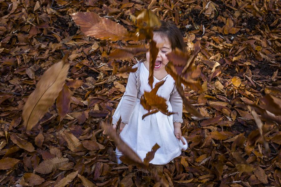 Boda en el Torreón de Veredillas de María e Iván, fotos de boda realizadas por el fotógrafo de bodas en Cáceres Johnny García, Emma se lo pasa en grande con las hojas caídas por el otoño