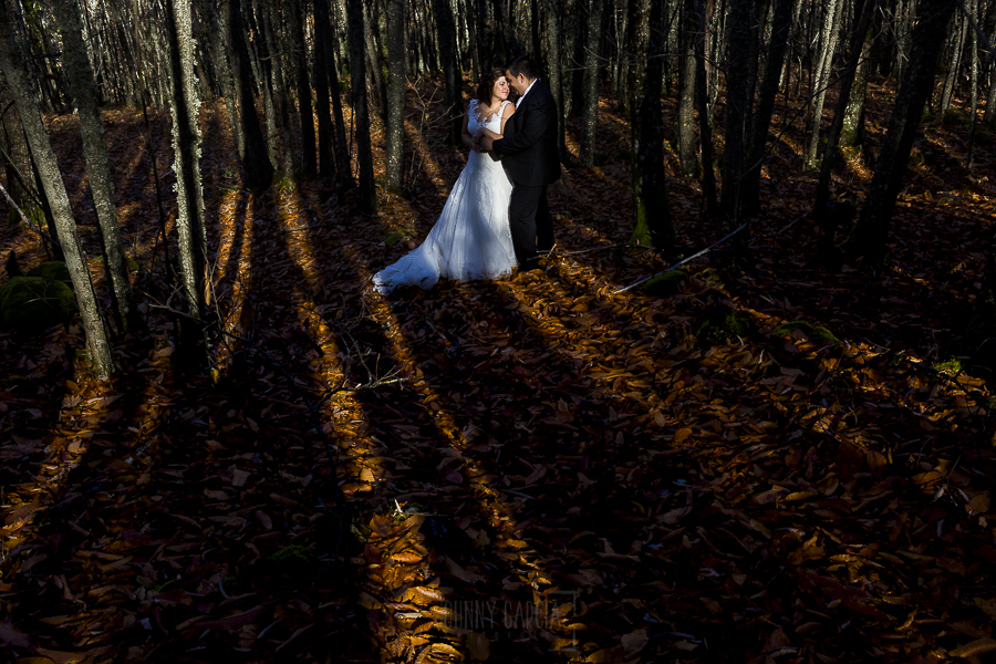 Boda en el Torreón de Veredillas de María e Iván, fotos de boda realizadas por el fotógrafo de bodas en Cáceres Johnny García, un retrato de los novios en pleno otoño