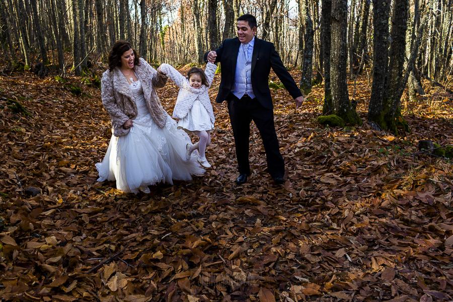 Boda en el Torreón de Veredillas de María e Iván, fotos de boda realizadas por el fotógrafo de bodas en Cáceres Johnny García, los novios y Emma se lo pasan en grande disfrutando el Otoño Mágico en el Valle del Ambroz