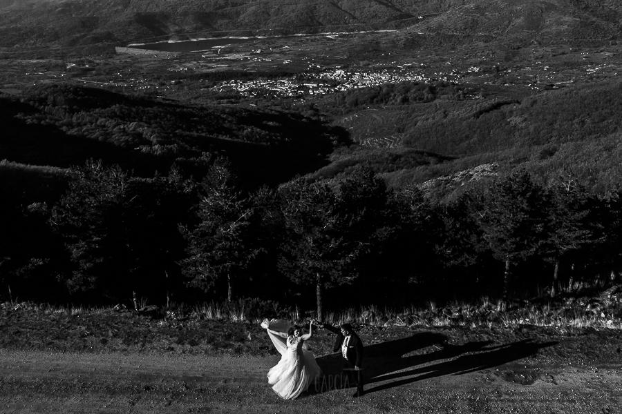 Boda en el Torreón de Veredillas de María e Iván, fotos de boda realizadas por el fotógrafo de bodas en Cáceres Johnny García, los novios bailan en plena sierra de Hervás