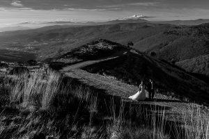 Boda en el Torreón de Veredillas de María e Iván, fotos de boda realizadas por el fotógrafo de bodas en Cáceres Johnny García, la pareja pasea por la sierra de Hervás