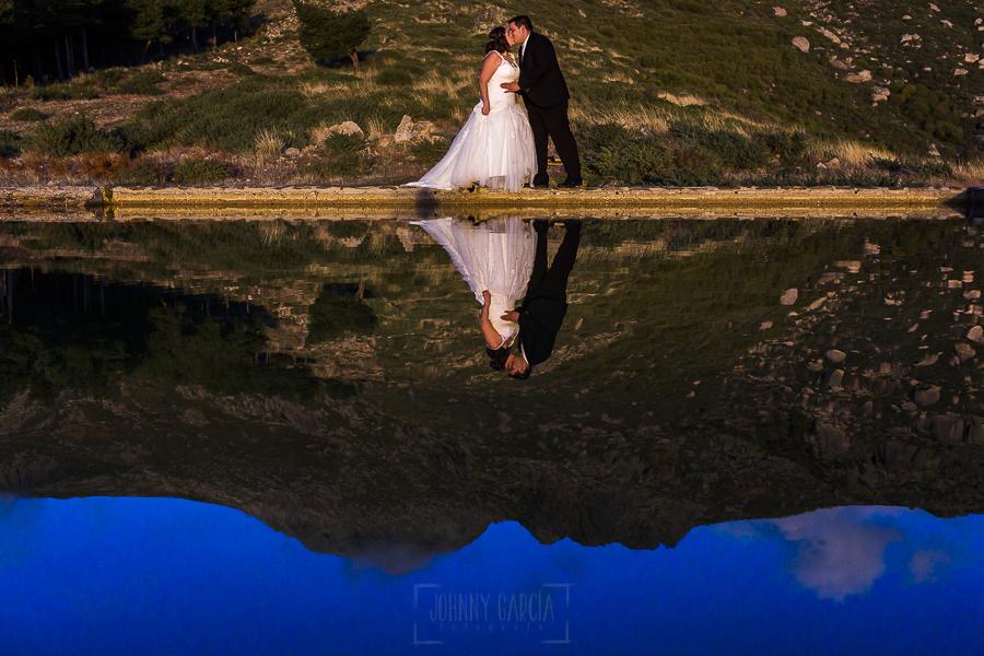 Boda en el Torreón de Veredillas de María e Iván, fotos de boda realizadas por el fotógrafo de bodas en Cáceres Johnny García, un reflejo de la pareja en una poza