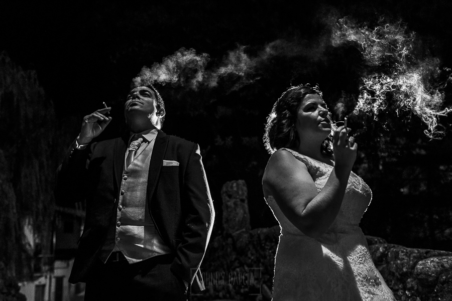 Boda en el Torreón de Veredillas de María e Iván, fotos de boda realizadas por el fotógrafo de bodas en Cáceres Johnny García, la pareja fuma