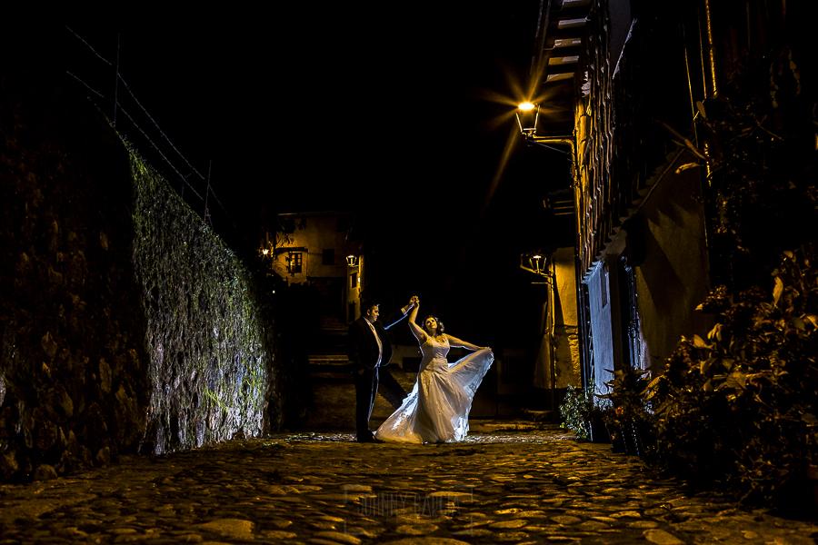 Boda en el Torreón de Veredillas de María e Iván, fotos de boda realizadas por el fotógrafo de bodas en Cáceres Johnny García, la pareja baila en el Barrio Judío de Hervás