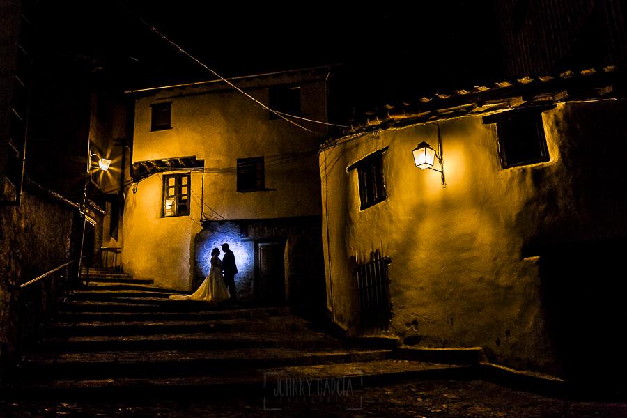 Boda en el Torreón de Veredillas de María e Iván, fotos de boda realizadas por el fotógrafo de bodas en Cáceres Johnny García, los novios en la cuesta
