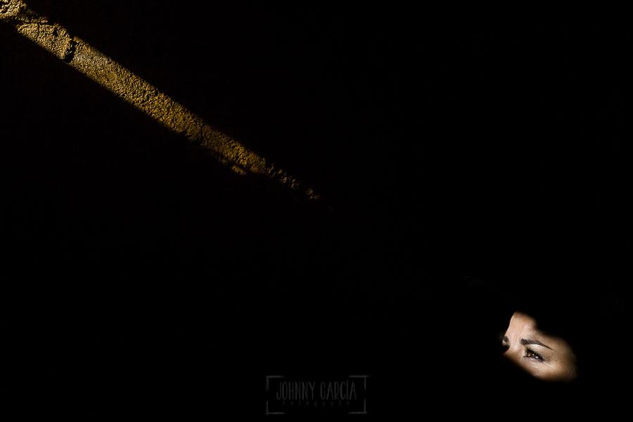 Boda en el Torreón de Veredillas de María e Iván, fotos de boda realizadas por el fotógrafo de bodas en Cáceres Johnny García, un retrato de María con un haz de luz