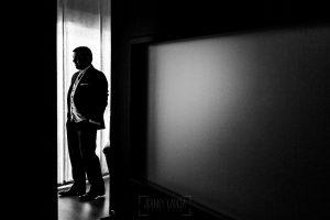 Boda en el Torreón de Veredillas de María e Iván, fotos de boda realizadas por el fotógrafo de bodas en Cáceres Johnny García, un retrato en blanco y negro de Iván