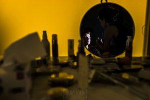 Boda en el Torreón de Veredillas de María e Iván, fotos de boda realizadas por el fotógrafo de bodas en Cáceres Johnny García, un reflejo de María mientras la maquillan