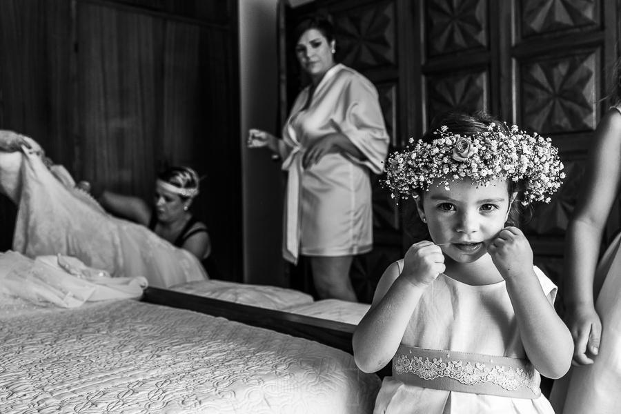 Boda en el Torreón de Veredillas de María e Iván, fotos de boda realizadas por el fotógrafo de bodas en Cáceres Johnny García, Emma esperando a que se vista su madre