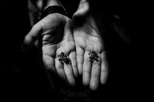 Bodas en Béjar, de Gema y Alberto realizada por el fotógrafo de bodas en Béjar, Salamanca, Johnny García, las manos de Alberto con sus gemelos.