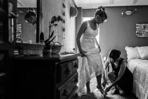 Bodas en Béjar, de Gema y Alberto realizada por el fotógrafo de bodas en Béjar, Salamanca, Johnny García, una hermana de Gema le ayuda con los zapatos.