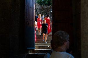 Bodas en Béjar, de Gema y Alberto realizada por el fotógrafo de bodas en Béjar, Salamanca, Johnny García, los invitados llegan al complejo de San Francisco.