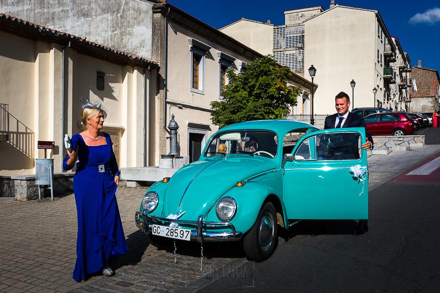 Bodas en Béjar, de Gema y Alberto realizada por el fotógrafo de bodas en Béjar, Salamanca, Johnny García, el novio llega a la ceremonia.