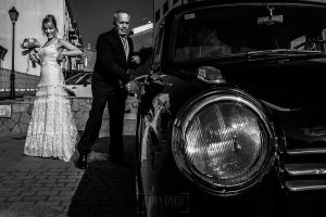 Bodas en Béjar, de Gema y Alberto realizada por el fotógrafo de bodas en Béjar, Salamanca, Johnny García, la novia llega a la ceremonia.