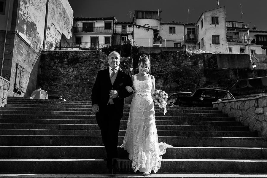 Bodas en Béjar, de Gema y Alberto realizada por el fotógrafo de bodas en Béjar, Salamanca, Johnny García, Gema del brazo de su padre camino del altar.