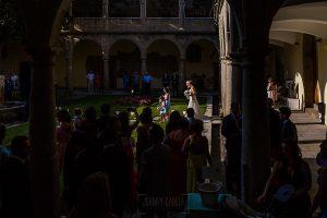 Bodas en Béjar, de Gema y Alberto realizada por el fotógrafo de bodas en Béjar, Salamanca, Johnny García, Gema entra en el claustro del complejo San Francisco.