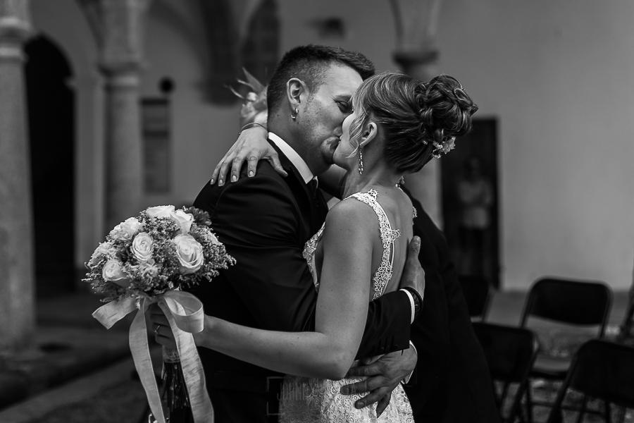 Bodas en Béjar, de Gema y Alberto realizada por el fotógrafo de bodas en Béjar, Salamanca, Johnny García, Alberto recibe con un beso a Gema
