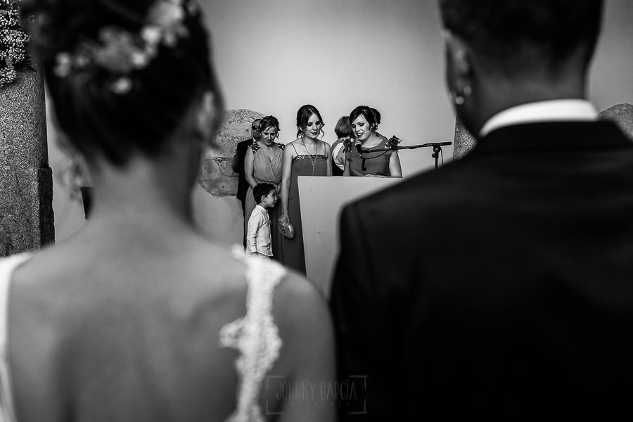 Bodas en Béjar, de Gema y Alberto realizada por el fotógrafo de bodas en Béjar, Salamanca, Johnny García, las hermanas de la novia leen.