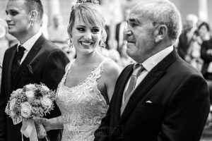 Bodas en Béjar, de Gema y Alberto realizada por el fotógrafo de bodas en Béjar, Salamanca, Johnny García, Gema mira a su padre que está emocionado.
