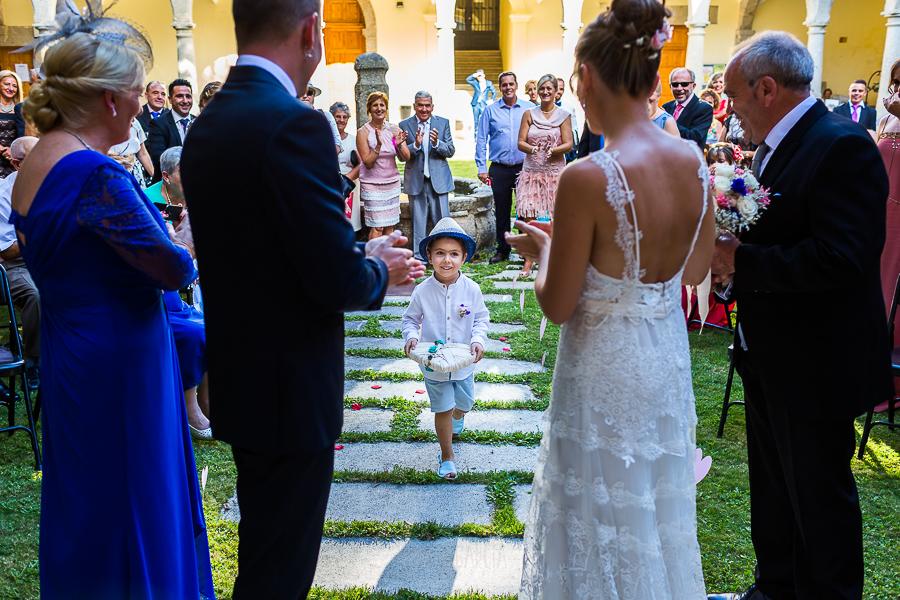 Bodas en Béjar, de Gema y Alberto realizada por el fotógrafo de bodas en Béjar, Salamanca, Johnny García, el sobrino de los novios lleva los anillos.