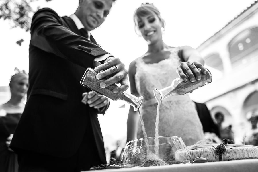 Bodas en Béjar, de Gema y Alberto realizada por el fotógrafo de bodas en Béjar, Salamanca, Johnny García, los novios realizan el rito de la arena.