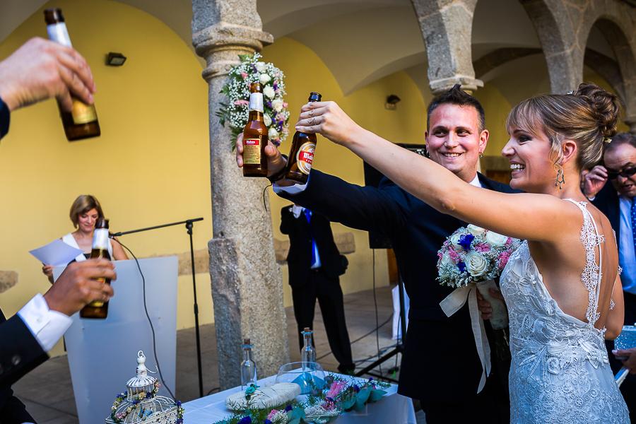 Bodas en Béjar, de Gema y Alberto realizada por el fotógrafo de bodas en Béjar, Salamanca, Johnny García, la pareja brinda con dos botellines de cerveza.