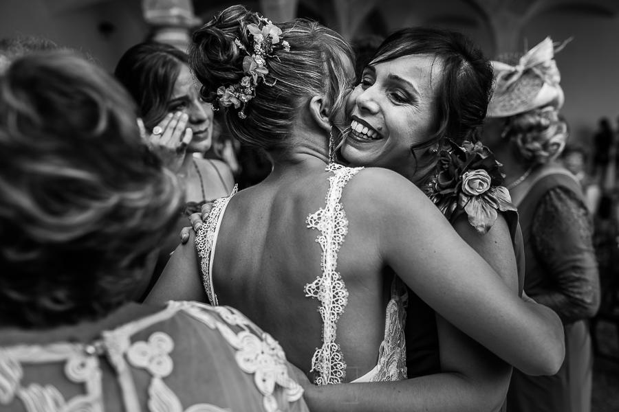 Bodas en Béjar, de Gema y Alberto realizada por el fotógrafo de bodas en Béjar, Salamanca, Johnny García, una de las hermanas de Gema la abraza.