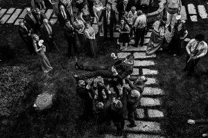 Bodas en Béjar, de Gema y Alberto realizada por el fotógrafo de bodas en Béjar, Salamanca, Johnny García, los amigos de Alberto levantan por los aires al novios