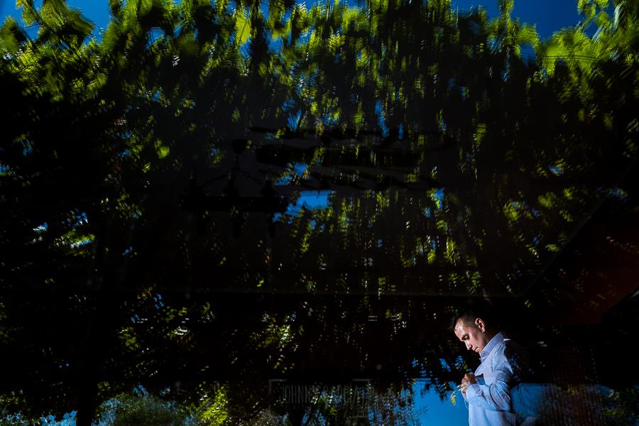 Bodas en Béjar, de Gema y Alberto realizada por el fotógrafo de bodas en Béjar, Salamanca, Johnny García, Alberto vistiéndose.