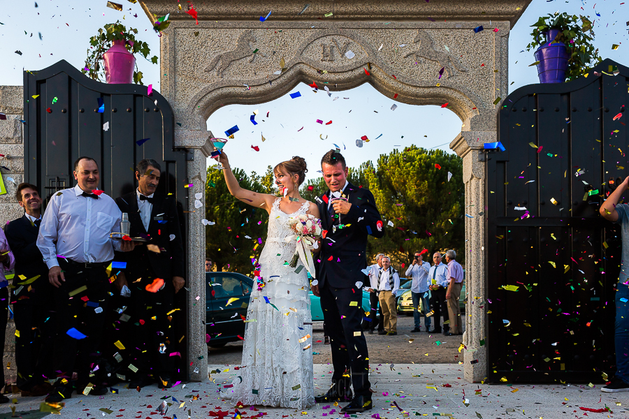 Bodas en Béjar, de Gema y Alberto realizada por el fotógrafo de bodas en Béjar, Salamanca, Johnny García, los novios entran en el Complejo Rural de Vistahermosa.