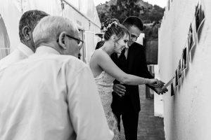 Bodas en Béjar, de Gema y Alberto realizada por el fotógrafo de bodas en Béjar, Salamanca, Johnny García, la pareja visualiza unas fotografías colgadas.