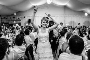 Bodas en Béjar, de Gema y Alberto realizada por el fotógrafo de bodas en Béjar, Salamanca, Johnny García, la pareja entra al comedor.