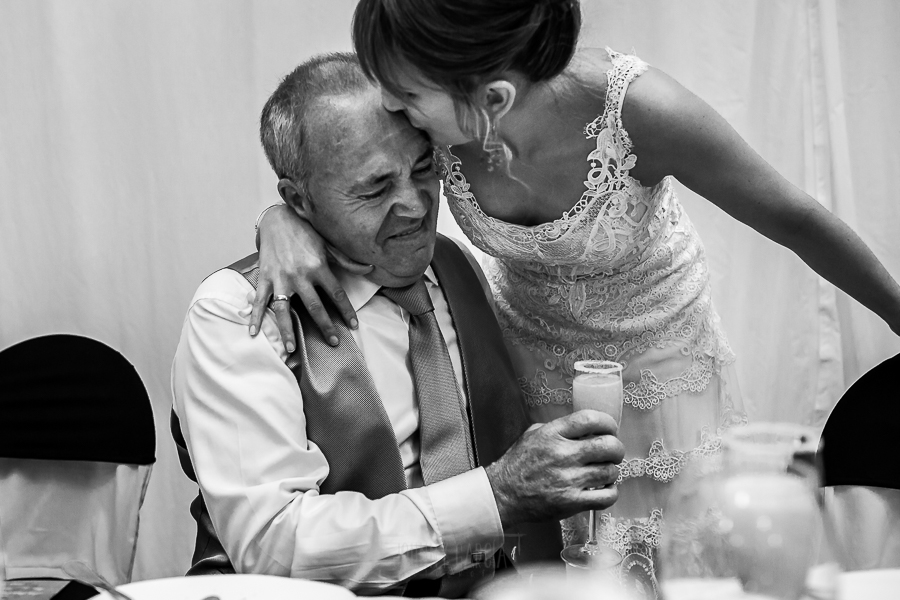 Bodas en Béjar, de Gema y Alberto realizada por el fotógrafo de bodas en Béjar, Salamanca, Johnny García, la novia besa a su padre emocionado.
