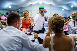 Bodas en Béjar, de Gema y Alberto realizada por el fotógrafo de bodas en Béjar, Salamanca, Johnny García, los amigos de los novios bailan delante de la mesa.