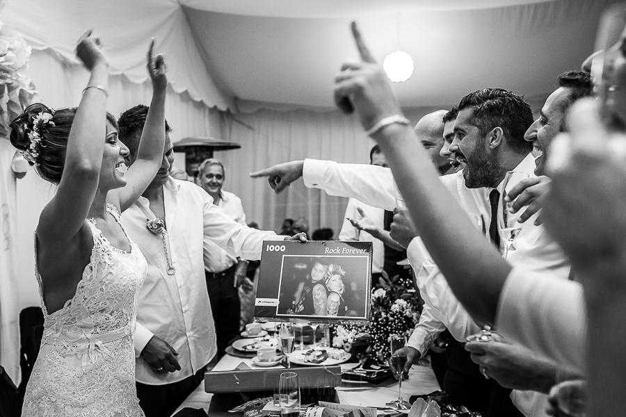 Bodas en Béjar, de Gema y Alberto realizada por el fotógrafo de bodas en Béjar, Salamanca, Johnny García, la pareja brinda junto a sus amigos.