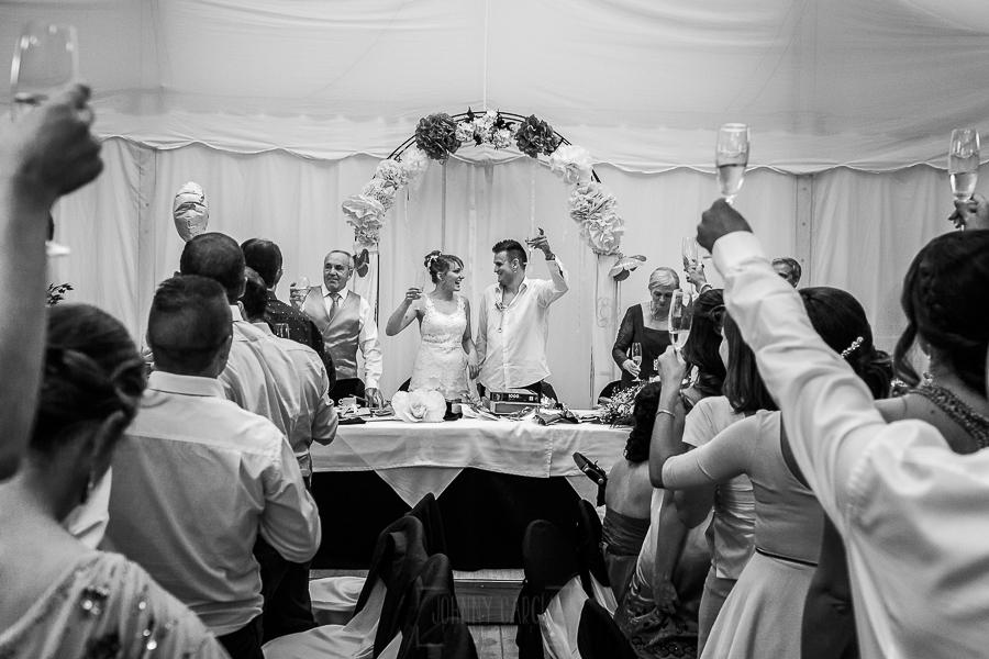 Bodas en Béjar, de Gema y Alberto realizada por el fotógrafo de bodas en Béjar, Salamanca, Johnny García, los novios brindan con todos los invitados.
