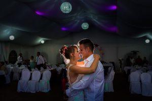 Bodas en Béjar, de Gema y Alberto realizada por el fotógrafo de bodas en Béjar, Salamanca, Johnny García, los novios y su primer baile nupcial.