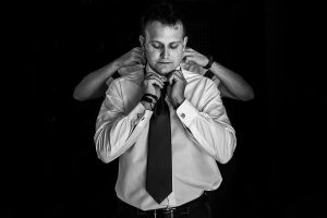 Bodas en Béjar, de Gema y Alberto realizada por el fotógrafo de bodas en Béjar, Salamanca, Johnny García, el hermano de Alberto le ayuda con la corbata