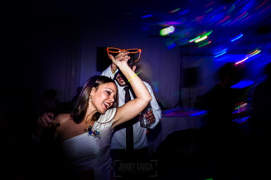 Bodas en Béjar, de Gema y Alberto realizada por el fotógrafo de bodas en Béjar, Salamanca, Johnny García, amigos de los novios bailan.