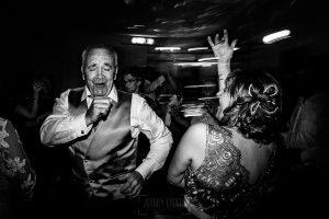 Bodas en Béjar, de Gema y Alberto realizada por el fotógrafo de bodas en Béjar, Salamanca, Johnny García, los padres de los novios bailan.