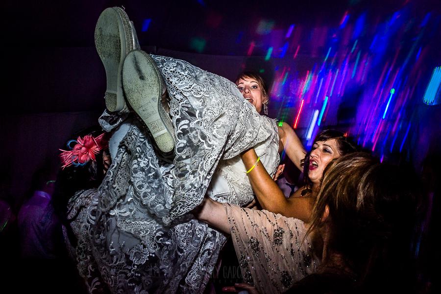 Bodas en Béjar, de Gema y Alberto realizada por el fotógrafo de bodas en Béjar, Salamanca, Johnny García, Gema es levantada en volandas por sus amigas.