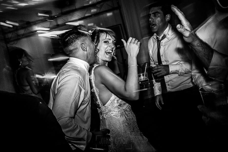 Bodas en Béjar, de Gema y Alberto realizada por el fotógrafo de bodas en Béjar, Salamanca, Johnny García, la novia baila junto a invitados.