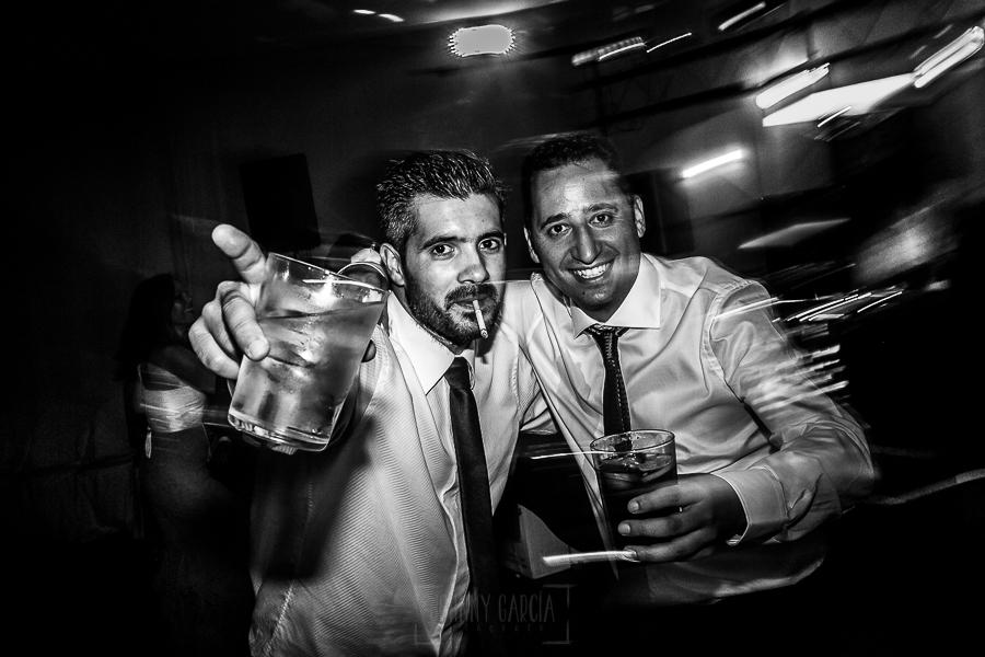 Bodas en Béjar, de Gema y Alberto realizada por el fotógrafo de bodas en Béjar, Salamanca, Johnny García, amigos de los novios posando en la fiesta.