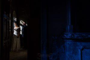 Bodas en Béjar, de Gema y Alberto realizada por el fotógrafo de bodas en Béjar, Salamanca, Johnny García, sesión de postboda en una fábrica textil de Béjar, los novios junto a una ventana.
