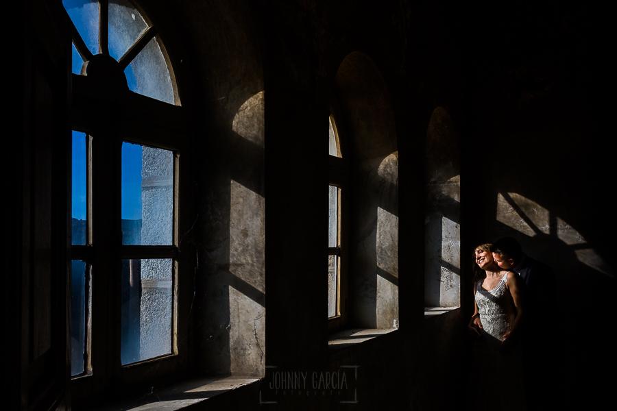 Bodas en Béjar, de Gema y Alberto realizada por el fotógrafo de bodas en Béjar, Salamanca, Johnny García, sesión de postboda en una fábrica textil de Béjar, la pareja en una sala de la fábrica.