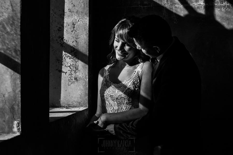Bodas en Béjar, de Gema y Alberto realizada por el fotógrafo de bodas en Béjar, Salamanca, Johnny García, sesión de postboda en una fábrica textil de Béjar, la pareja se abraza.